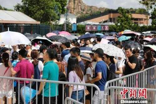 资料图:游客排队等待安检。殷立勤 摄