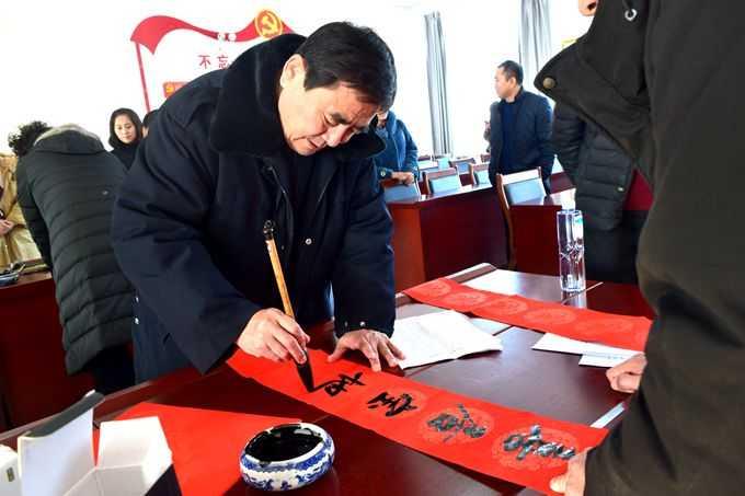 朝阳柳城村镇银行携手文联书法家 迎新